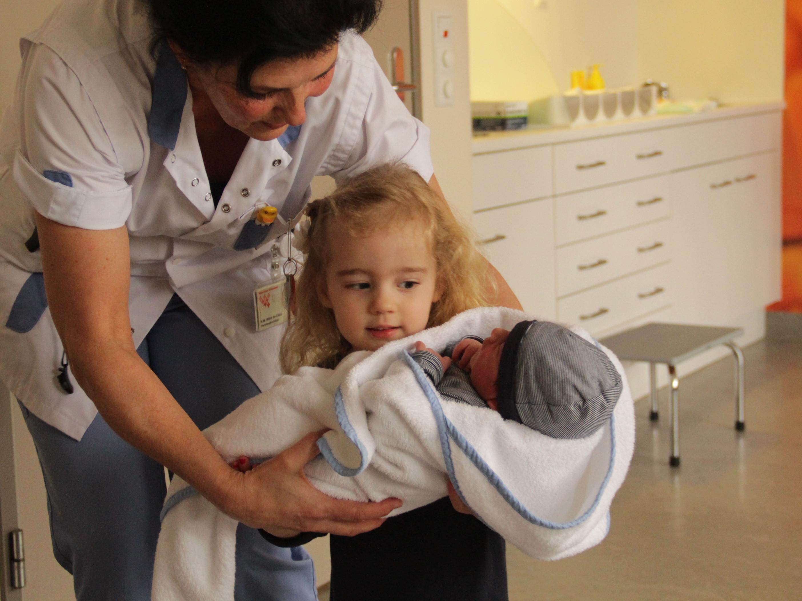 Kennismaking grote zus en baby